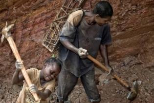 Neno traballando en mina de coltán no Congo