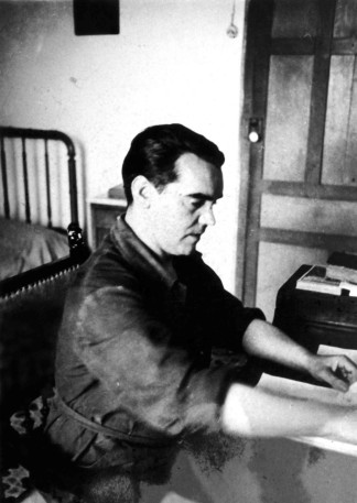 foto-2-federico-garcia-lorca-no-seu-escritorio-en-1935