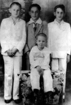 Fidel Castro (esquerda) e Raúl Castro (sentado).